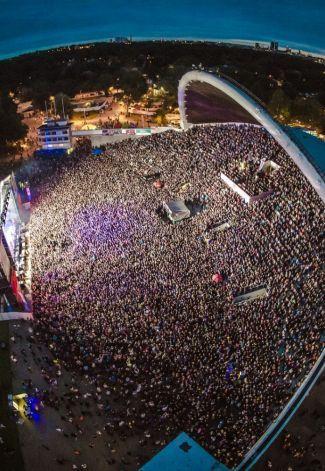 Õllesummer 5.-8.7. on yksi Tallinnan sekä Viron kesän isoimpia tapahtumia. Se on värikäs yhdistelmä huippuartistien musiikkia, ruokaa ja hyvää meininkiä. Tänäkin vuonna paikalle odotetaan kymmeniätuhansia festivaalivieraita. Avajaispäivän pääesiintyjänä on Kasabian, brittiläinen indierockyhtye, jonka live-esiintymiset ovat keränneet ylistystä. Sunnuntaina lavalla nähdään myös suomalaisten suosikki, yhtä lailla brittiläinen Hurts. Syntikkapopduon musiikki luo Tallinnan illalle oman hohteen…