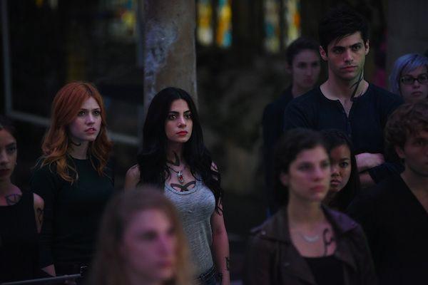 Protagonistas são investigados em Shadowhunters - http://popseries.com.br/2017/06/13/shadowhunters-2-temporada-those-of-demon-blood/