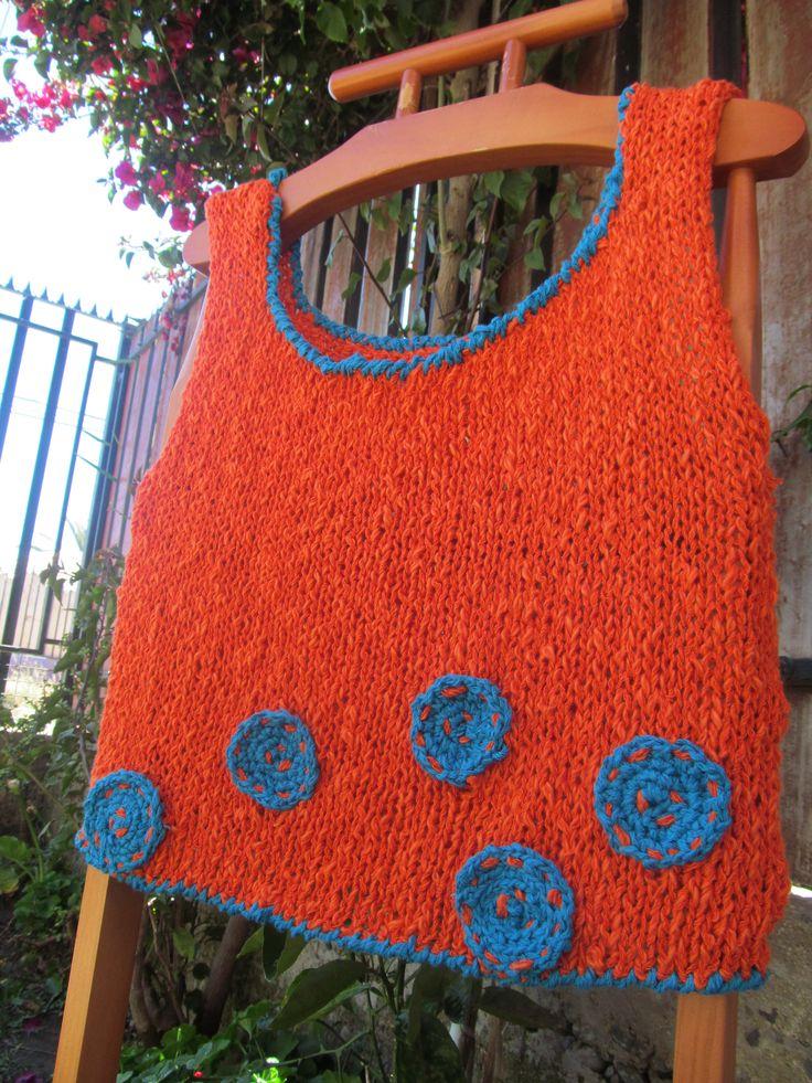 Polera de algodón tenida a dos agujas con detalles a crochet.