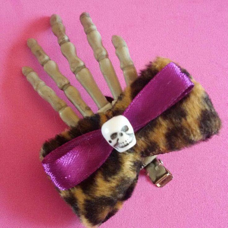 È halloween! fermaglio per capelli con mano scheletro e fiocco realizzato a mano in stile rockabilly horror dark gothic zombie splatter halloween