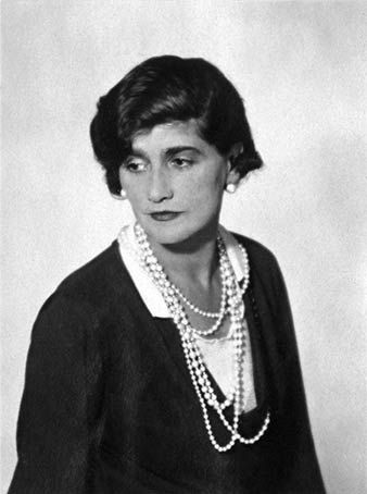 Coco Chanel (1935 _ © Man Ray) #CocoChanel Visit espritdegabrielle.com   L'héritage de Coco Chanel #espritdegabrielle
