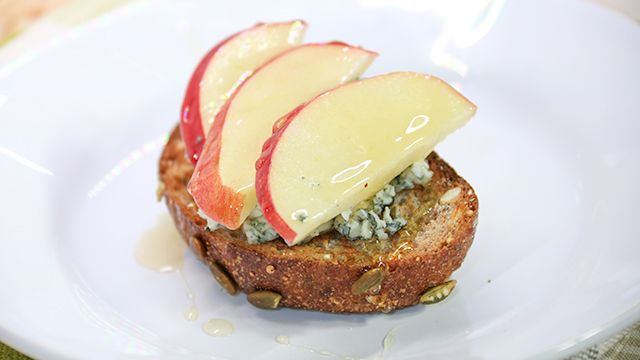 Healthy Party Snacks: Blue Cheese and Apple Toast #Healthy #Recipe