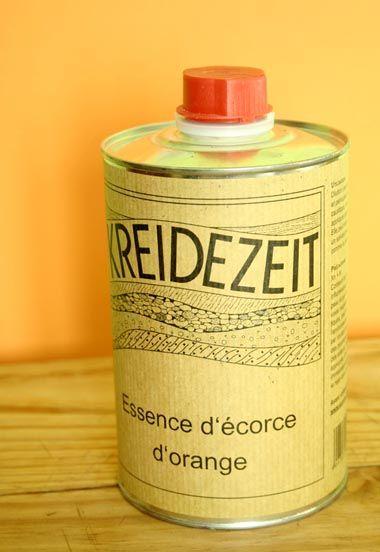 essence ecorces agrumes / L'essence d'écorces d'agrumes dilue les huiles et les résines, elle détache les étiquettes, nettoie les tâches de graisses. Elle est Fabriquée en Allemagne.  En décoration, on s'en sert pour diluer les peintures, nettoyer les pinceaux et les rouleaux. Elle donne une odeur agréable aux peintures. Les fabricants de peintures écologiques s'en servent beaucoup.