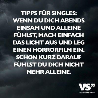 Tipps für Singles: Wenn du dich abends einsam und alleine fühlst, mach einfach das Licht aus und leg einen Horrorfilm ein. Schon kurz darauf fühlst du dich nicht mehr alleine