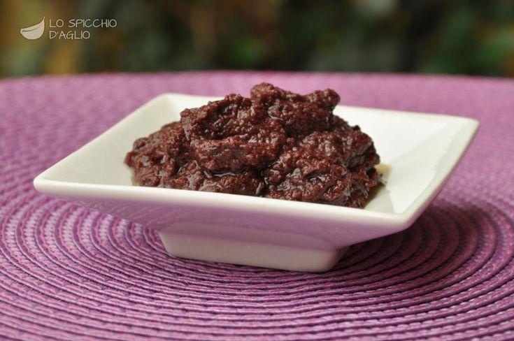 Il patè di olive nere è un'ottima salsina, ideale per condire crostoni, tramezzini, panini, ma anche come aggiunta in altre gustose ricette.