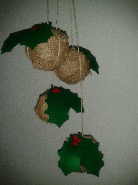 Kerstbal van jutte met hulst.
