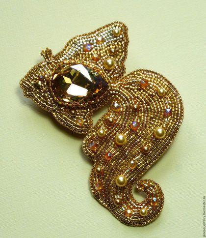 Купить или заказать Брошь вышитая бисером и кристаллами Золотая рыбка в интернет-магазине на Ярмарке Мастеров. Брошь Золотая рыбка - изящное украшение для дополнения вашего образа. Эффектный акцент и для жакета или пальто и для вечернего туалета. Вышита брошь японским бисером нескольких оттенков золота, в том числе с покрытием 24 карата натуральным золотом, кристаллами Сваровски ювелирной огранки, хрустальными бусинками и жемчугом Сваровски. Изнанка - натуральная итальянская кожа.