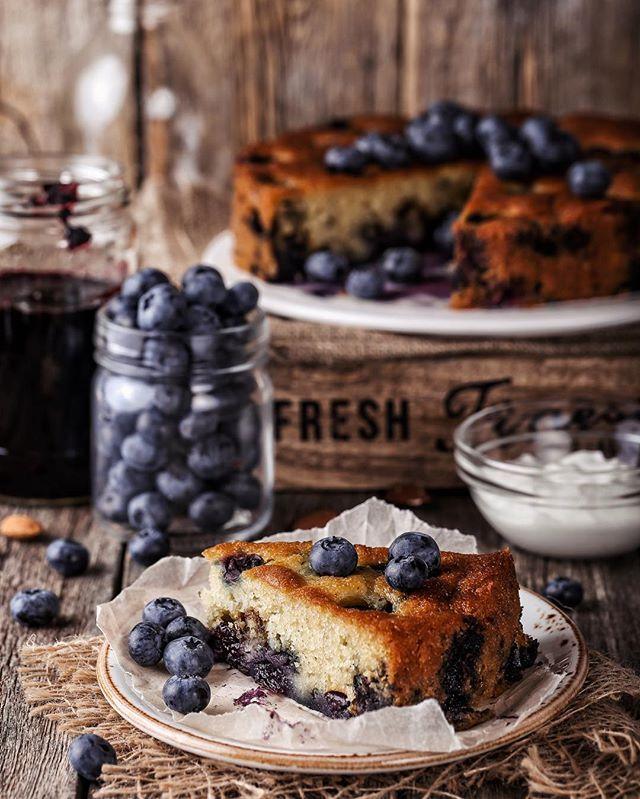#blueberry #pie 😍 / Считаю сезон десертов из голубики официально открытым. 😊 Маффины недавно были, вот вам сметанный #пирог, а впереди уже ждут варенье (оно тут на заднем плане), замороженный йогурт и галета. Рецепт пирога нада? 😄 UPD: Он в комментариях под этой фотографией. ⬇️⬇️⬇️