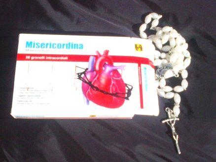 Il Papa distribuisce la #Misericordina, medicina per il cuore e per l'anima [ è proprio una #chiesa nuova quella che comunica con i gadgets]