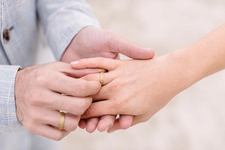 Der Moment wo Braut und Bräutigam die Eheringe / Trauringe tauschen.  Foto: http://sandrahuetzen.de