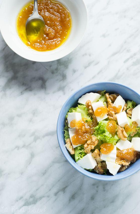 Ensalada de escarola, queso, nueces y vinagreta de membrillo