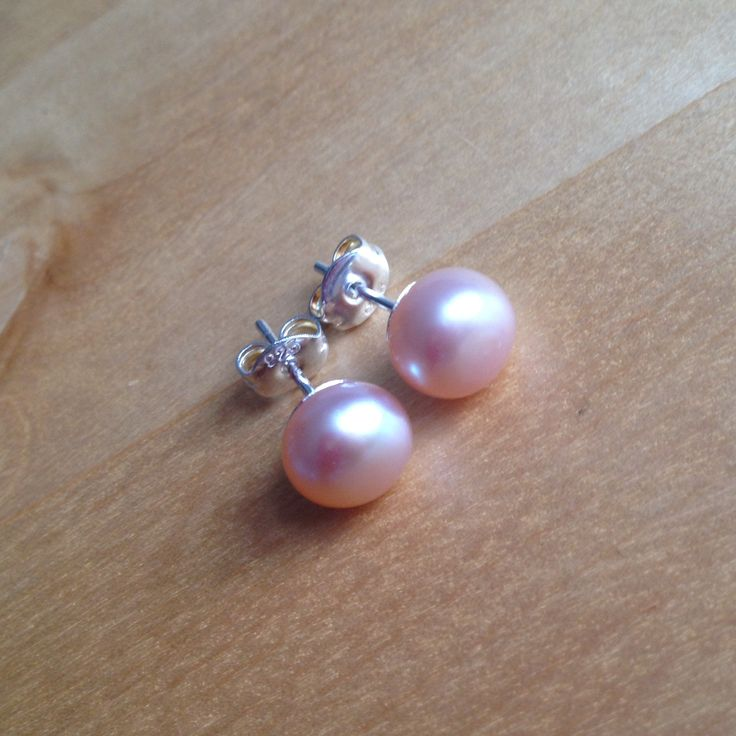 Pink Freshwater Pearl Studs (MGE56) $13.00 A pair of elegant freshwater pearl studs made with quality 7mm pearls with high luster, roundness, and a smooth surface. The earring posts and backings are made of sterling silver. A timeless set!