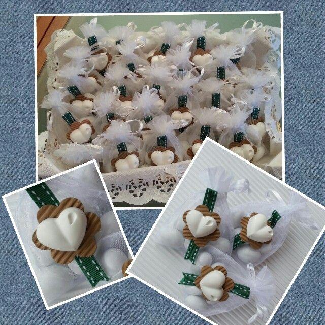 Sacchetti di organza per i confetti della Cresima di mio figlio. Decorati con fiore con cartoncino ondulato fustellato con la Big shot e gessetto handmade.