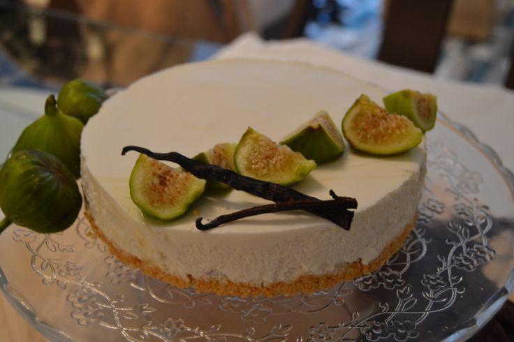 Como estamos ya en Otoño, temporada de higos, he preparado uno de mis postres favoritos, la tarta de queso, con estas frutas tan sabrosas. ¡Qué buenísimos son los higos! Tienen muchísima fib…