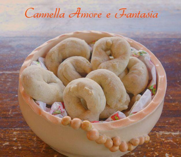 Taralli morbidi salati con un impasto tanti gusti li ho scoperti in Sicilia alcuni anni fa dal panettiere pugliese che preparava tantissimi tipi di taralli
