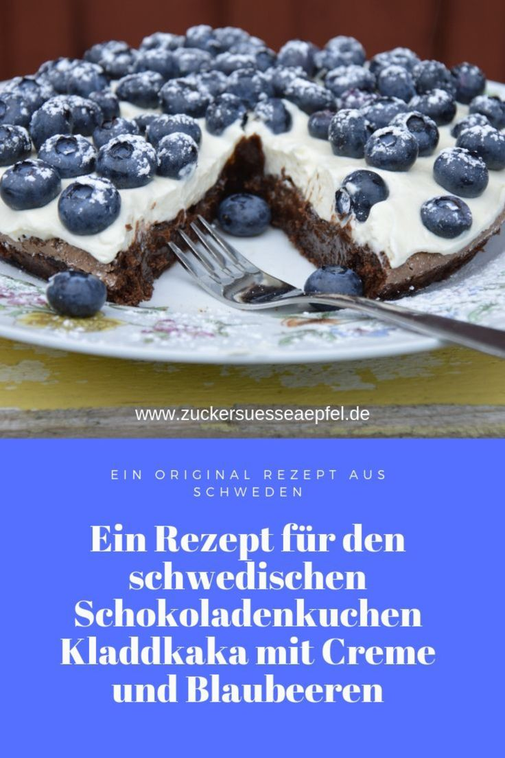 Ein Rezept für den schwedischen Schokoladenkuchen Kladdkaka mit Creme und Blaubeeren