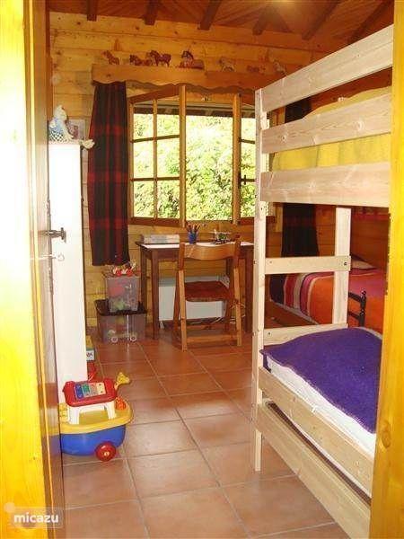 slaapkamer 2 met stapelbed en 2 onderschuifbedden