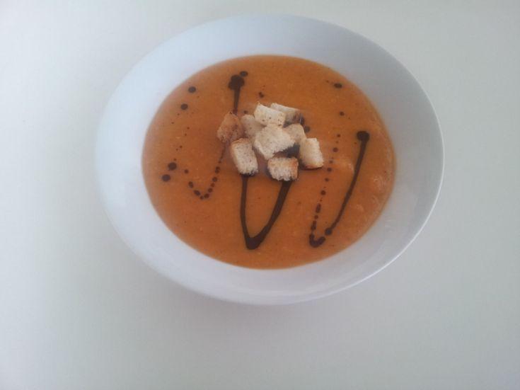 Krémová polievka zo sušeného hrachu s tekvicovým olejom a krutónmi