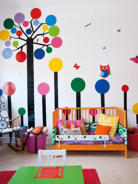 I get a kick out of the shadow painting on the table of the chair...too funny! A forest #kids #room #deco #interiors