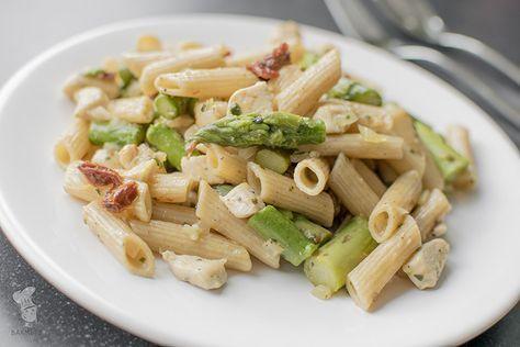 Pasta met groene asperges, kip en zongedroogde tomaten. Een heerlijk lentegerecht! (Lees het recept via de bron.)