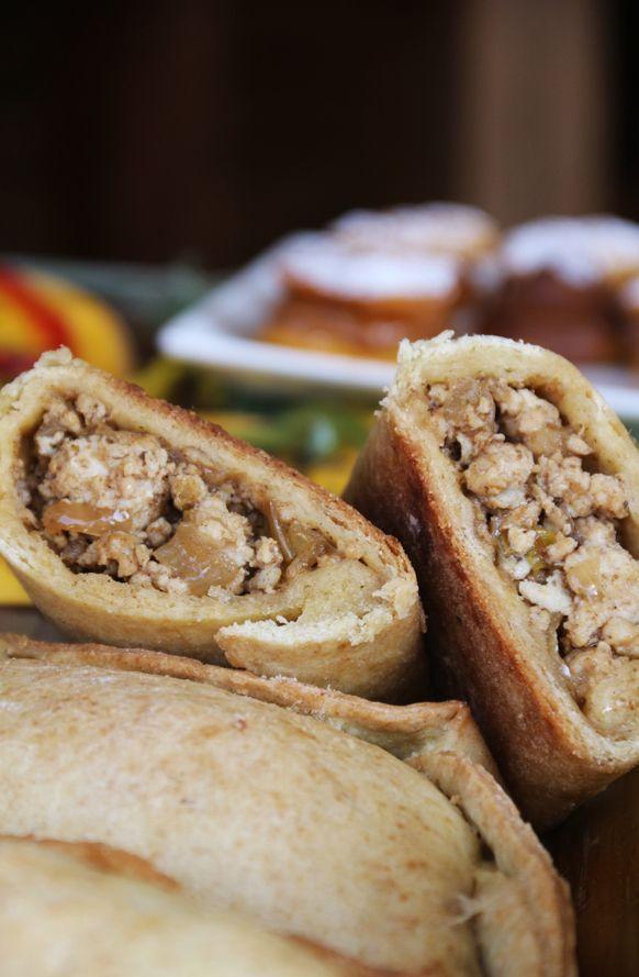 Esta receta es para quienes quieren comer una empanada de carne, pero un poco mas liviana. El pino está preparado como se prepara tradicionalmente un pino para empanadas chilenas. El pino hay que d…
