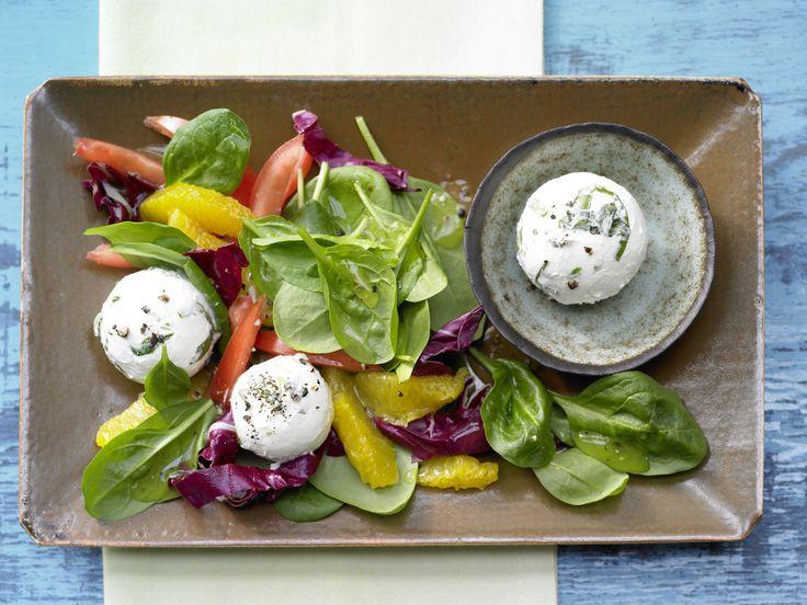 Frischkäsebällchen auf Salat  mit Spinat und Tomaten   Kalorien: 198 Kcal - Zeit: 20 Min.   http://eatsmarter.de/rezepte/frischkaesebaellchen-salat