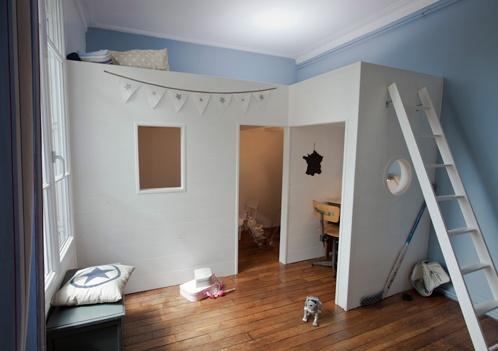 Une chambre partagée par un grand frère et sa toute petite soeur. Un lit mezzanine sur mesure esprit Cape cod et une petite chambre très girly pour le baby ! // Bunk beds