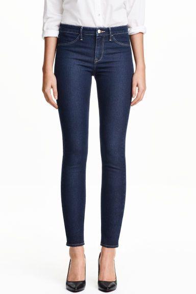 Skinny Regular Ankle Jeans: Džínové kalhoty ke kotníkům ze sepraného strečového denimu. Mají extraúzké nohavice a normální pas. Falešné kapsy vpředu a skutečné kapsy vzadu.