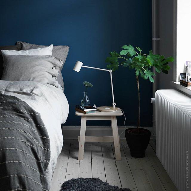 """""""Blå timmen"""" infinner sig efter solens nedgång, men innan nattens ankomst. Vi fångar den poetiska stämningen med en blå fondvägg och låter pallen #NORRÅKER och #LINBLOMMA linnelakan bidra med fina kontraster."""