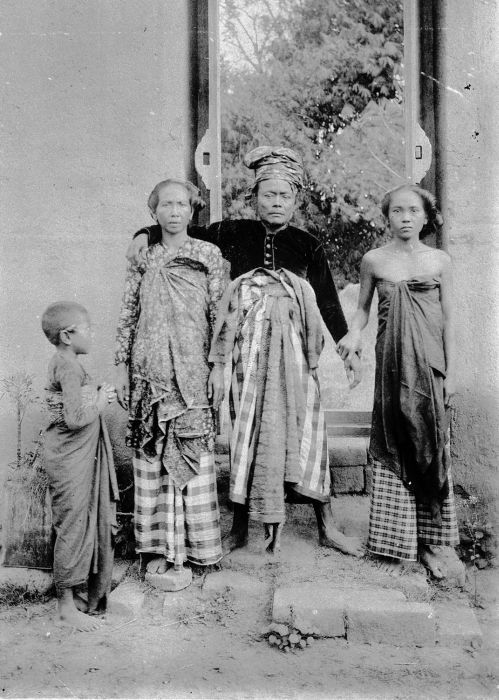 Balinese man with his two wifes 1890-1910
