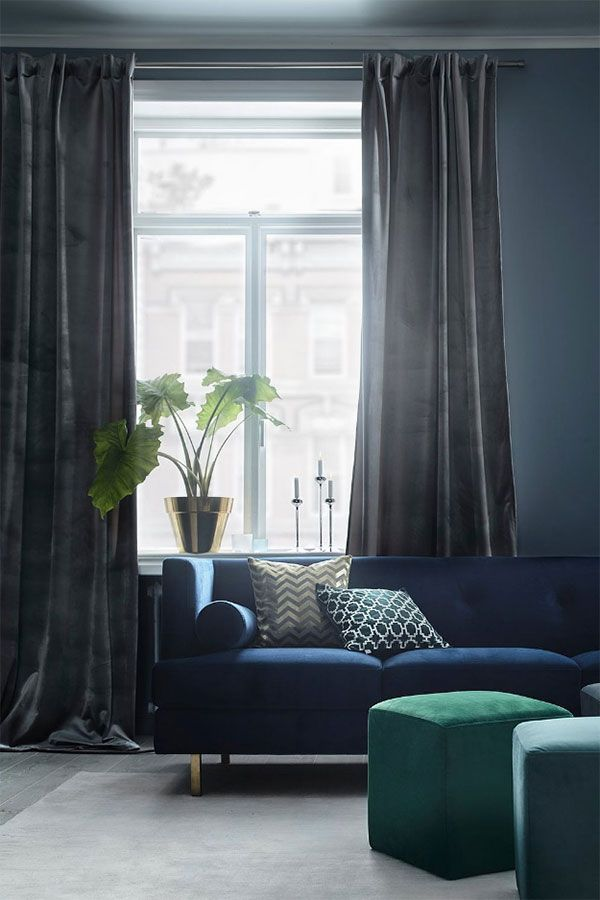 Velvety sofa and ottoman - Ett vardagsrum med mörka färger, mjuka mattor, generöst med fluffiga kuddar, plädar, böcker och tavelväggar låter mysigt, eller hur? Här visar vi vardagsrum med dylika detaljer för lite inspiration.