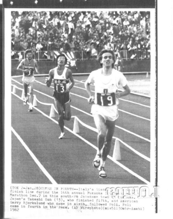 """Fukuoka Marathon 1981, 6 dicembre. Gianni Poli (1957), 4° al traguardo nella corsa vinta da Robert De Castella (1957) con il nuovo primato mondiale (2h08'18""""), stabilisce con 2h11'19"""" il nuovo record italiano sulla distanza [Archivio Foto L'Unità]"""