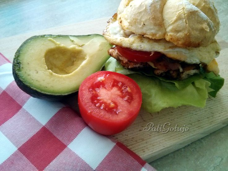 Club sandwich, czyli kanapka klubowa z sadzonym jajkiem