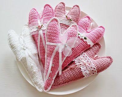 Till jul virkade jag hjärtan i rött, grått och vitt och nu i sommar får det bli rosa hjärtan   Mönster till hjärtat hittar ni hos Bauta...
