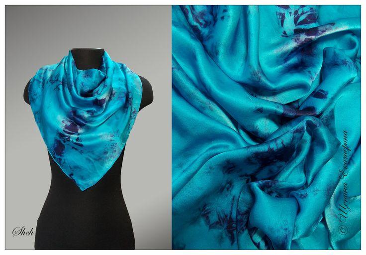80*80 см 100% атласный шелк  Яркий голубой платок с синими узорами. Небольшая фактура на ткани придает богатый необычный вид платочку. Профессиональные красители по ткани.  Ручная обработка края потайным руликом. Повтор невозможен.