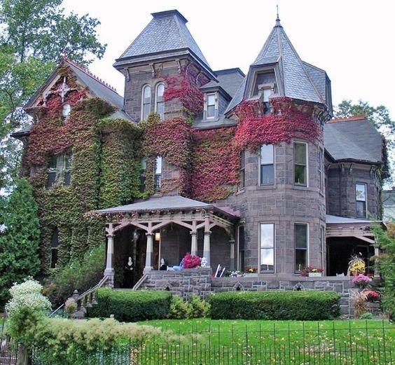 Tradizionale casa in stile vittoriano - Ville classiche in stile vittoriano con edera rampicante.
