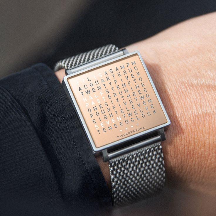 Een super gaaf ontwerp voor een horloge van het merk Qlocktwo. De weergave van de polshorloge is met tijd in woorden. Naast de tijd is er ook een datum, seconde en kalender aanduiding.