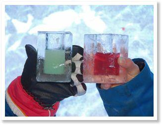 Proost met glazen van ijs in het ijshotel Finland