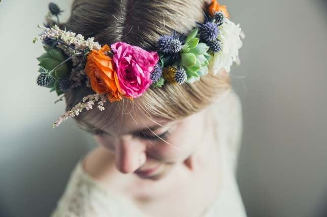 We love flower crowns! Learn how to make this amazing flower crown in 5 simple steps.