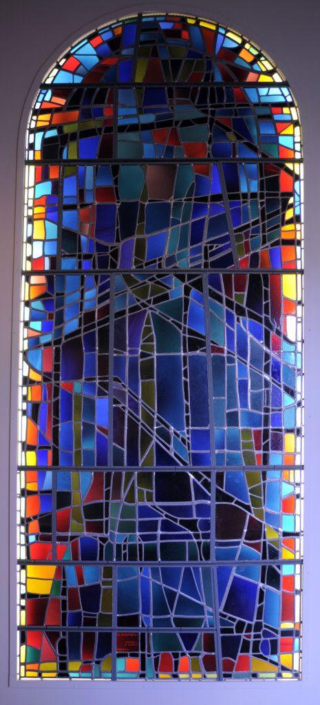 Alfred Manessier / atelier Lorin : Paysage bleu, 1963. Réplique du vitrail de la baie sud du choeur de l'église Saint-Michel, Les Bréseux. Adagp, Paris 2015. Photo  C. Devleeschauwer.