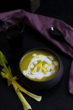 Soupe aux pousses d'épinards, céleri branche, pomme de terre et noix de coco