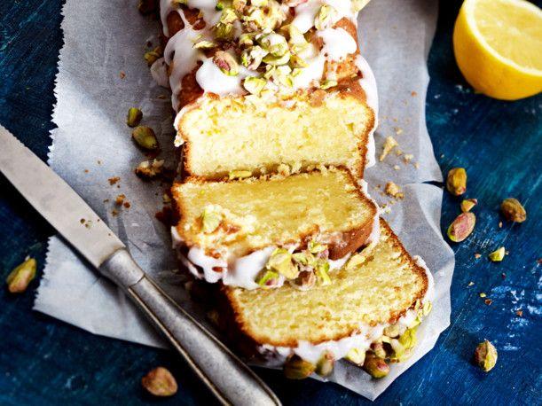 Zitronen-Mascarpone-Kuchen mit Zuckerguss und gesalzenen Pistazien Rezept | LECKER