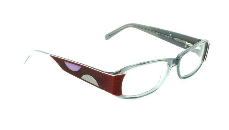 La elegante curvatura de los aros da a esta montura la forma y la presencia inequívoca de unas gafas unisex.