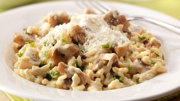 Het recept Risotto met champignons is een echt traditie in de Italiaans keuken. De combinatie met de lekkere parmezaanse kaas maakt dit snel te bereiden gerecht een winnaar voor gezellige dinertjes.