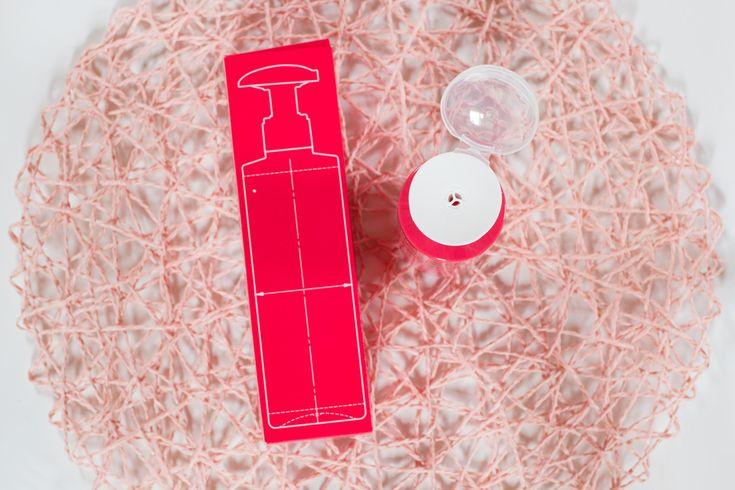 Alcina war mir bisher nur aus Frisörsalons bekannt die die Haarpflege und -stylingprodukte der Marke führen. Seit kurzer Zeit ist ein einzelnes Produkt auch bei dm zu finden der Alcina Skin Manager AHA Effekt-Toner.  Doch was ist der Skin Manager überhaupt? Er ist ein Gesichtstonic das durch Glycolsäure (gehört zu den Alpha-Hydroxysäuren (AHA)) tote Hautzellen entfernen und das Hautbild verfeinern soll. Alpha-Hydroxysäuren verbessern die Wasserbindungsfähigkeit der Haut und peelen deren…