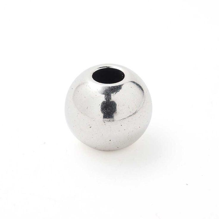 Bola grande, de 14mm. de diámetro exterior, con un agujero pasante de 5mm. Bañada en plata de ley oxidada. -- 0,40€