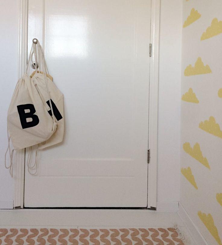 Roomblush behang gele wolkjes en roze binnenkijker babykamer witte vloer