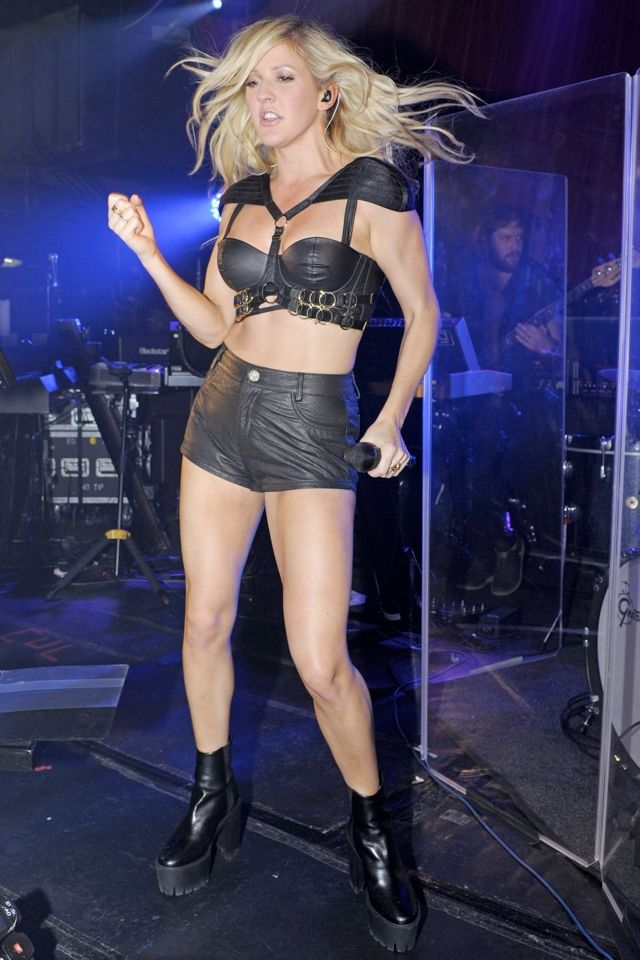 Ellie Goulding does S&M-inspired leather outfit for performance - MyDaily UK