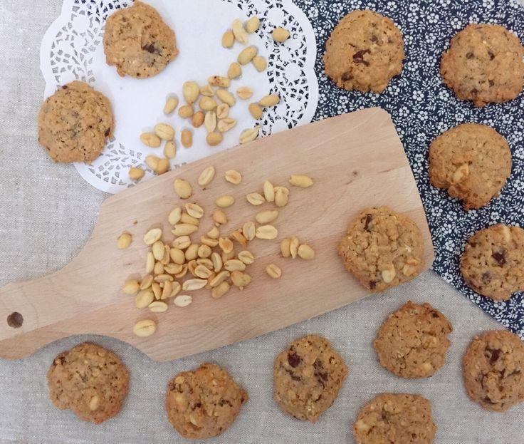 Giver 2 bageplader med cookies 2,5 dl peanutbutter 2,5 dl sukker 2 æg 65 g havregryn 2 tsk. bagepulver 50 g chokolade, 70 %, hakket 50 g saltede peanuts