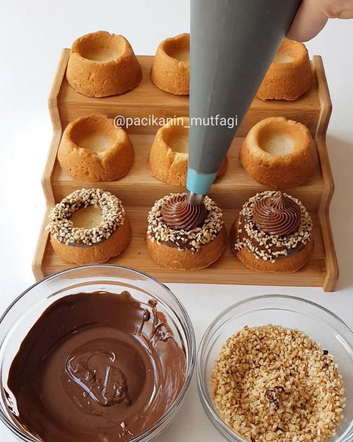 Hayırlı geceler ☺ Efsane bir tarifim var 😍 Kıyır kıyır hamuru kenarları çikolata ve fındığa bulanmış içinde çok karışımlı hazırladığım nefis bir çikolatalı krema 🙄Görüntüsüyle de tadıyla da çok güzel oldu 👌 Bu donut kek kalıbı çok kullanışlı şuana kadar bayağı tarif hazırladım sanırım yenileriyle de...